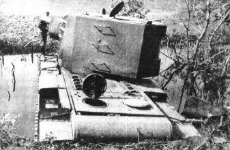 Тяжёлый танк КВ в бою _042.jpg